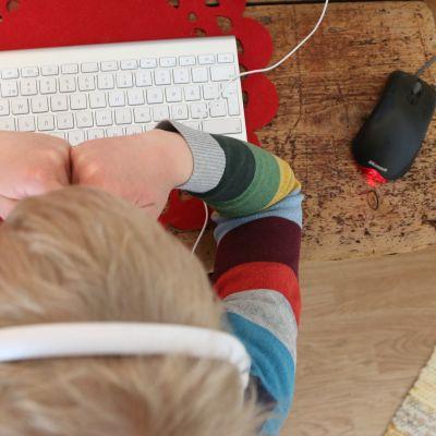 Oppilas opiskelee etäyhteyden avulla.