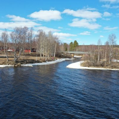 Saarenkylän silta, jonka tien tasalla Kemijoen tulvan ennustetaan (toukokuun 2020 alussa) nousevan