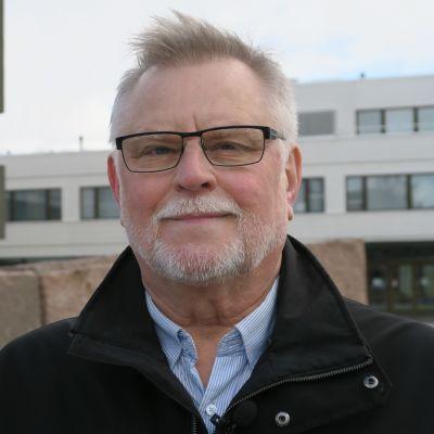 Rovaniemen kaupunginjohtaja Esko Lotvonen jää eläkkeelle - virkamiehen takaa löytyy myös kevyempi ilme.