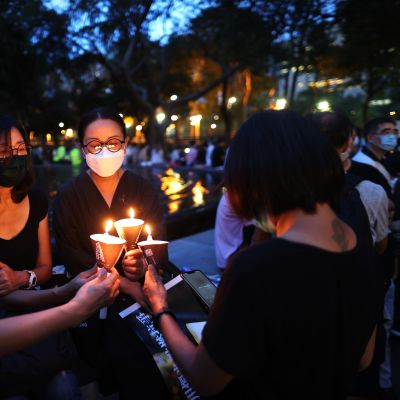 Mielenosoittajat uhmasivat mielenosoituskieltoa Tiananmenin muistopäivän kynttilämielenosoituksessa Victorian puistossa Hongkongissa 4. kesäkuuta 2020.