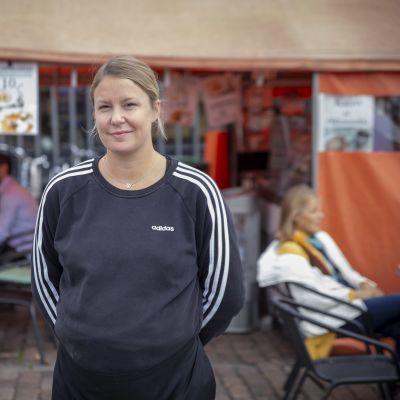 Hakaniemen torikahvilassa työskentelevä Fanny Karastie.