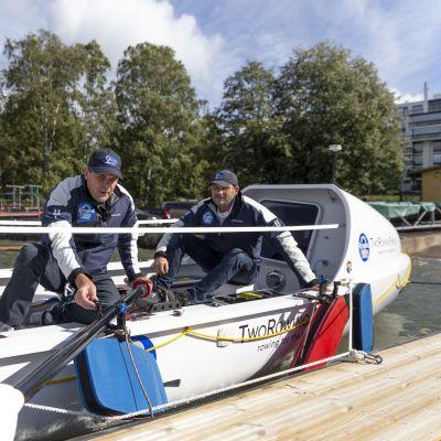 Jolle Blässar laittaa airoa kiinni veneeseen, taustalla istuu Markus Mustelin.