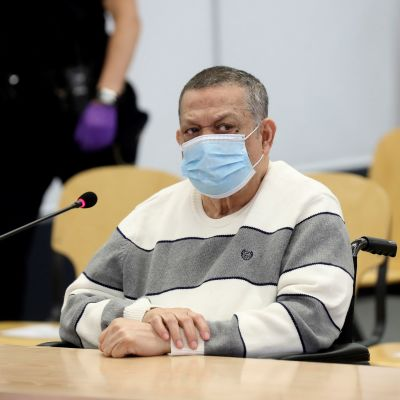 Villapaitaan pukeutunut Inocente Montano kasvomaskilla varustautuneena oikeussalissa.