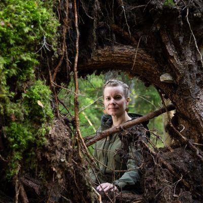Tietokirjailija ja eläinaktivisti Mia Takula Paloheinän aarniometsässä.