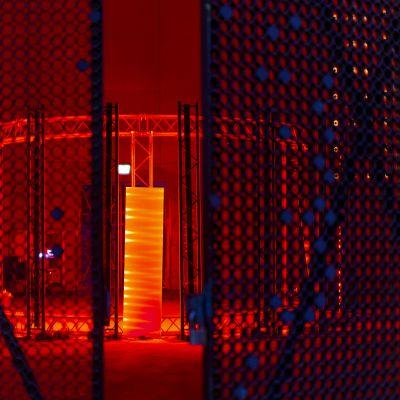 Kruunuvuorenrannan vanhan öljysäiliön sisään rakennettu valo- ja äänitaideteos Krono.