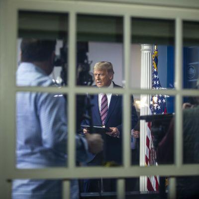 Donald Trump piti tiedotustilaisuuden Valkoisessa talossa perjantaina aamuyöllä