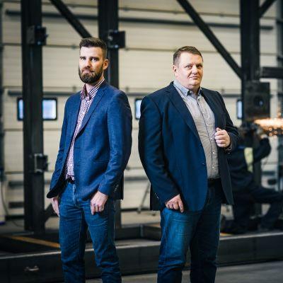 Jucat Oyn toimitusjohtaja Jukka Rintala (oikealla) ja teknisestä myynnistä vastaava Anssi Koski ovat tyytyväisiä yhteistyöhön Wärtsilän kanssa