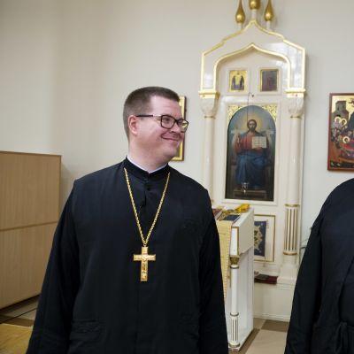 Vasemmalla pastori Jonas Bergenstad. Oikealla kirkkoherra Markku Salminen.