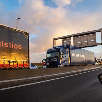 En flera kilometer lång kö av långtradare på motorvägen mot Calais.