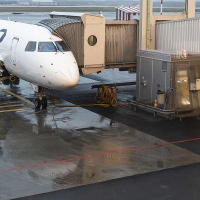 Finnairin lentokone peruskorjatulla asematasolla Helsinki-Vantaan lentoasemalla.