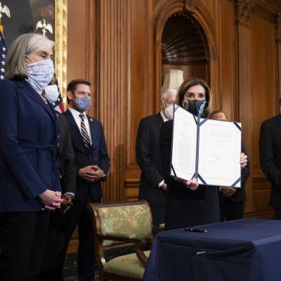 Yhdysvaltain edustajainhuoneen puhemies Nancy Pelosi esittele edustajainhuoneen äänestämää virkasyytettä presidentti Donald Trumpia kohtaan.