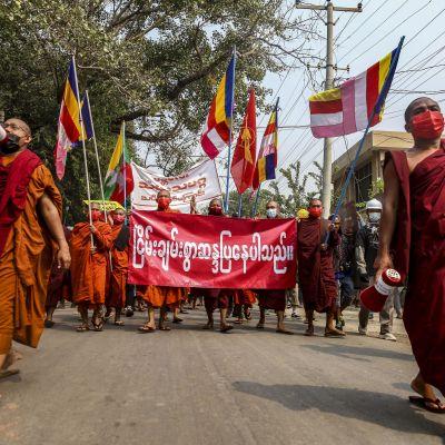 Buddhistmunkar trotsar militärens demonstrationsförbud i Myanmars näst största stad Mandalay.