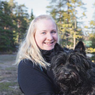 Emma Jylö ja sylissä koira Viljo