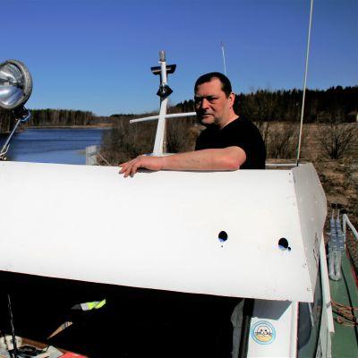Veneilijä Kim Kukanaho Kouvolasta Marinella -veneensä kannella Hirvelän satamassa