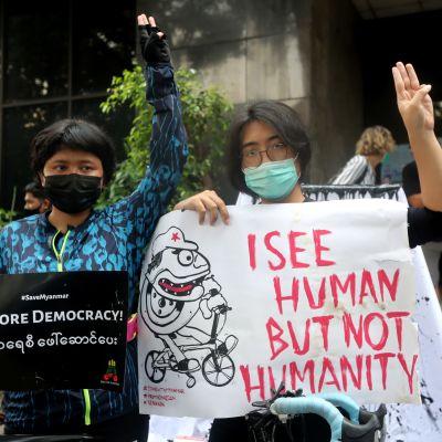 Demonstranter utanför toppmötesplatsen i Jakarta vädjade om en återgång till demokrati i Myanmar.