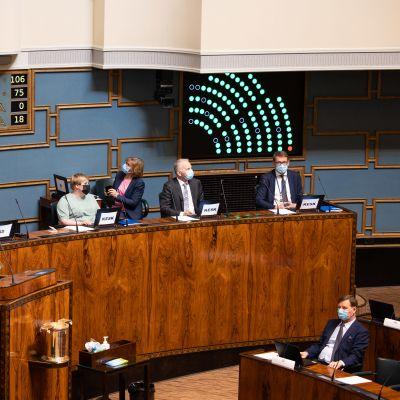 Eduskunta äänesti hallituksen luottamuksesta. Välikysymysäänestys hallituksen puoliväliriihessä tekemistä päätöksistä.