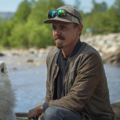 Jasper Pääkkönen Tikkurilankosken äärellä.