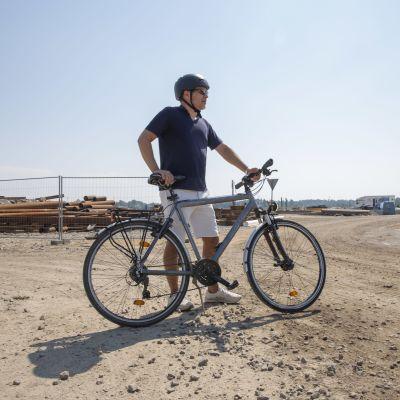 Tapani Vuola polkupyörän selässä.