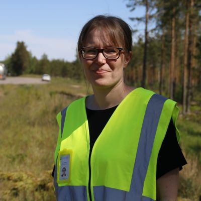 Ympäristöasiantuntija Suvi Nirkko Kaakkois-Suomen ely-keskuksesta kuutostien pohjavesialueella Utissa
