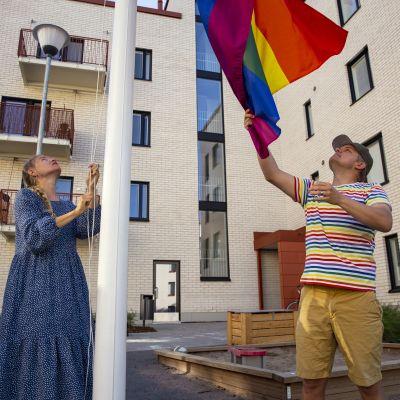 Sateenkaarilippu taloyhtiön pihalla Käpylässä.