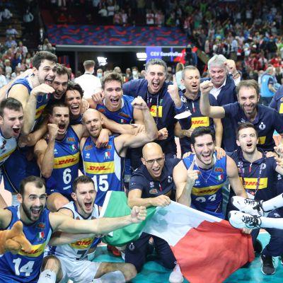 Italian miesten lentopallomaajoukkue juhlii Euroopan mestaruutta.