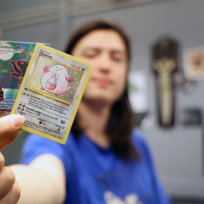 Christian Tuomi esittelee kalleimpia Pokémon-korttejaan Joensuun Pokémon-liigan osakilpailussa Fantasiapelit-liikkeen kellarissa syyskuussa 2021.