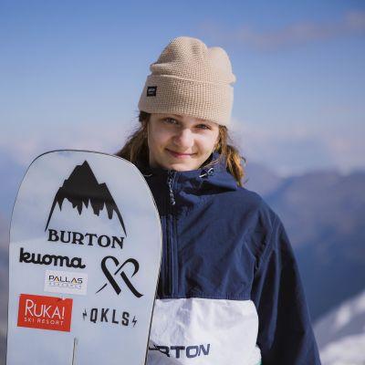 Telma Särkipaju poseeraa talvisessa maisemassa lumilaudan kanssa.
