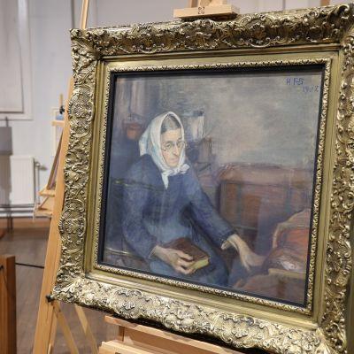 Kuvassa on Hanna Frosterus-Segerstrålen teos Kehdon ääressä vuodelta 1908. Teoksessa vanha nainen istuu melankolisena ja omiin ajatuksiinsa uppoutuneena kirja sylissään ja keinuttaa vasemmalla kädellään kehtoa.