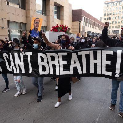 MIelenosoitus Minneapolisissa George Floydia kuristaneen poliisin oikeudenkäynnin aattona