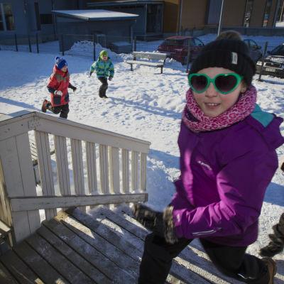 I Jokivarren koulu i Vanda sprang eleverna in i skolan, när de hade en inrymningsövning