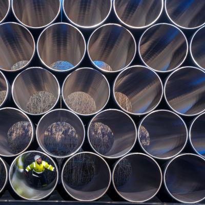 Rör som ska användas i bygget av en gasledning mellan Tyskland och Finland, av Gazpromägda Nord Stream 2. I ett av rören sitter en man.