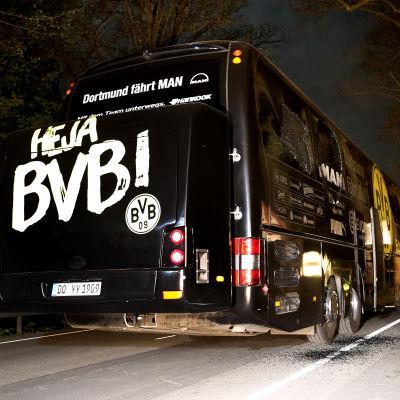 Dortmunds spelarbuss fotograferad bakifrån.