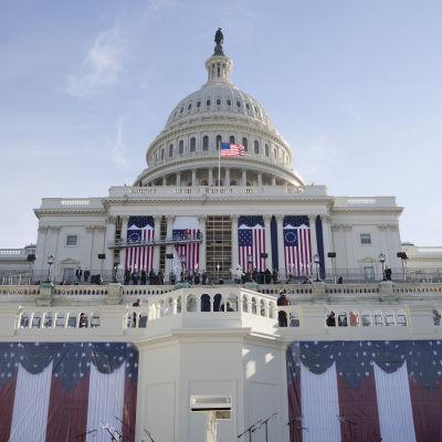 Capitol Hill i Washington har pyntats med den amerikanska flaggan.