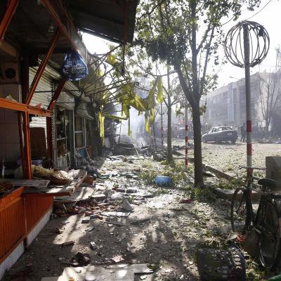 En gata med splitter och skräp och förstörda fasader efter att en bomb exploderat i Kabul, Afghanistan den 24 juli 2017.