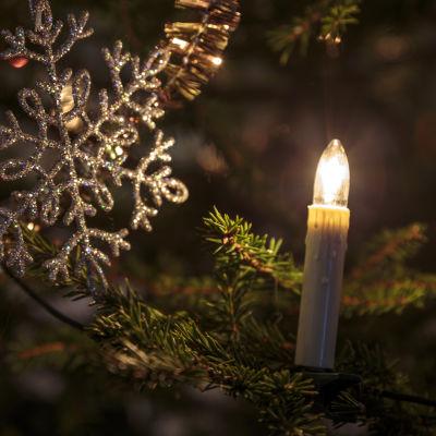 julgran med ett ljus  och en stjärna
