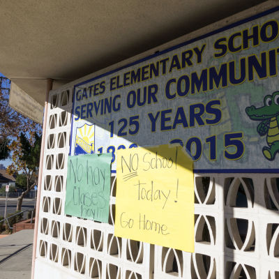 Handskrivna skyltar vid en lågstadieskola i Los Angeles som stängdes på grund av terrorhot 15.12.2015