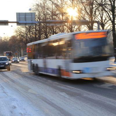 En buss kör på Backasgatan i Helsingfors.