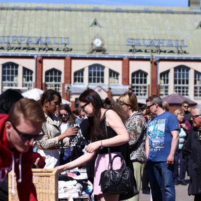 Loppmarknad på Sandvikens torg.