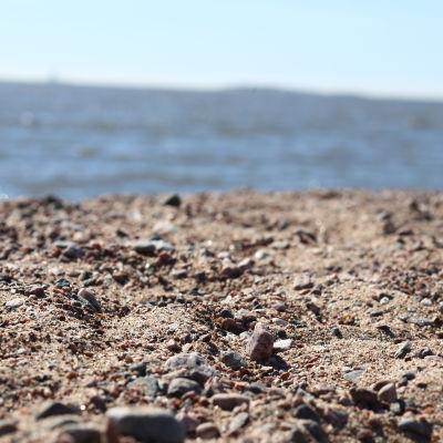 Närbild av sandstrand.