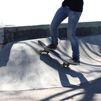 Skejtare i skatepark.