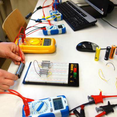 Laddningsbara batterier testas.