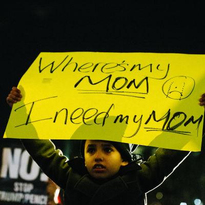 """""""Var är min mamma, jag behöver min mamma"""" står det på det här plakatet, som en pojke höll upp på en demonstration i New York mot inreseförbudet."""