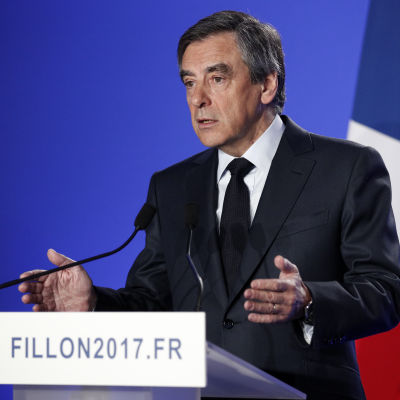Presidentkandidaten Francois Fillon talar vid presskonferens.