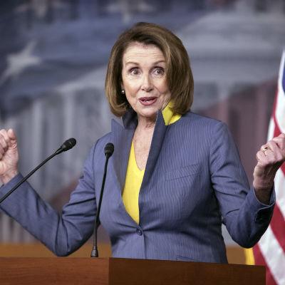 Nancy Pelosi i talarstolen på en presskonferens om republikanernas nya förslag till sjukvårdslag.