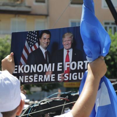 På valmöte i Gjirokaster. Demokratiska partiets ledare Lulzim Basha poserar på bild med Donald Trump.