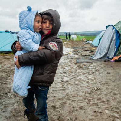 Barn i grekiskt flyktingläger