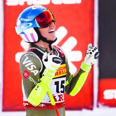 Mikaela Shiffrin jublar efter sitt super-G-åk i Åre.