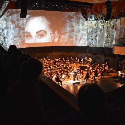 Konsertti käynnissä Sibeliustalossa.