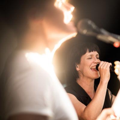 Maija Vilkkumaa harjoittelee bändinsä kanssa.