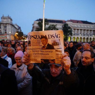 Demonstration i Budapest till stöd för den nedlagda oppositionstidningen Népszabadság.